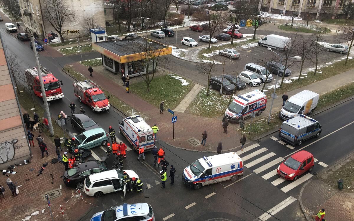 6d7c224b Cztery samochody zderzyły się na jednym z częstochowskich skrzyżowań. Ze  wstępnych ustaleń policji wynika, że jeden z kierowców nie ustąpił  pierwszeństwa.