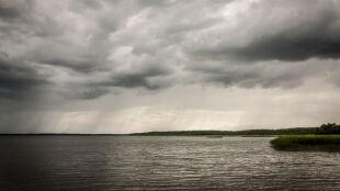 Intensywne opady, wzrost stanów wód. Ostrzeżenia hydrologiczne w połowie kraju